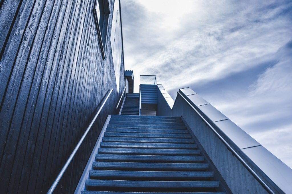 Cualquier empresario interesado en mejorar su estrategia de ventas puede utilizar estrategias de CRO para aumentar su tasa de conversión.